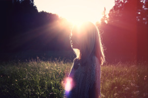 2015_07_Life-of-Pix-free-stock-photos-woman-sun-field-juliacaesar